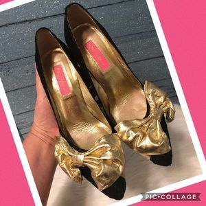 Betsey Johnson gold bow heels size 8